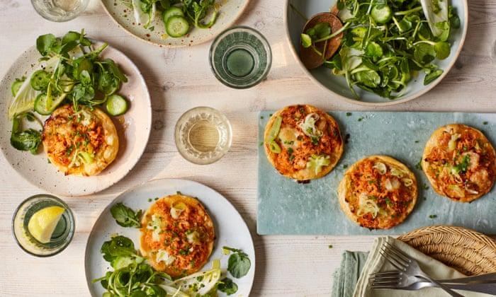 Tartas de cangrejo con chili de Rukmini Iyer con puerros y mozzarella | Fiesta con Ocado