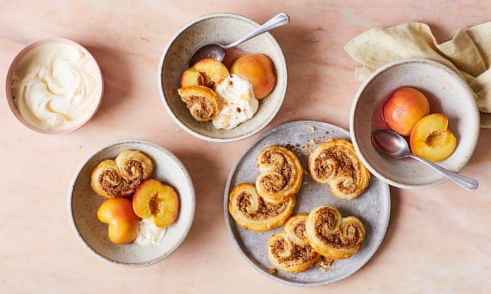Melocotones escalfados con moscatel y miel de Rukmini Iyer con pasteles fáciles de almendras | Fiesta con Ocado