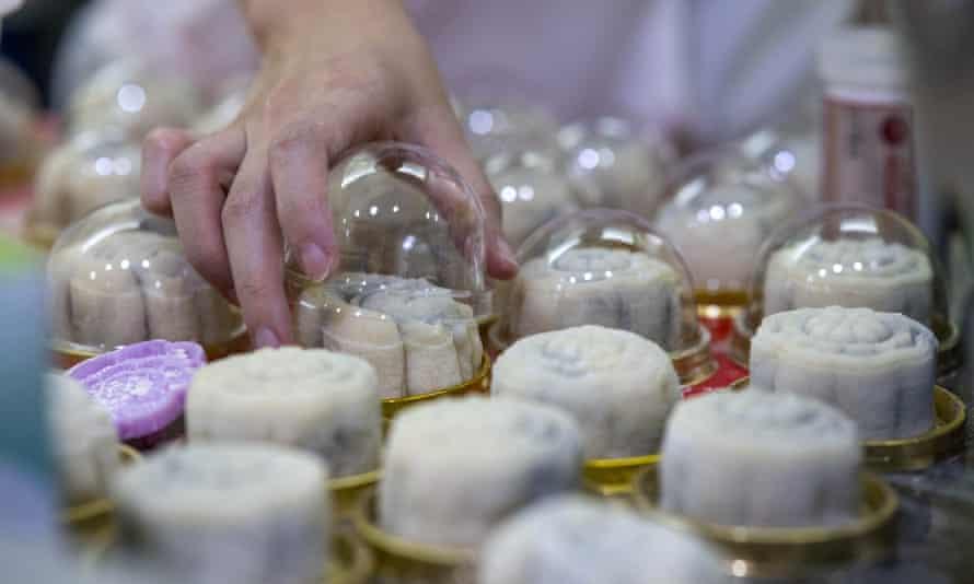 Los pasteles de luna de piel de nieve están hechos con harina de arroz glutinoso horneado y se rellenan con todo, desde natillas y chocolate hasta durian y mango.