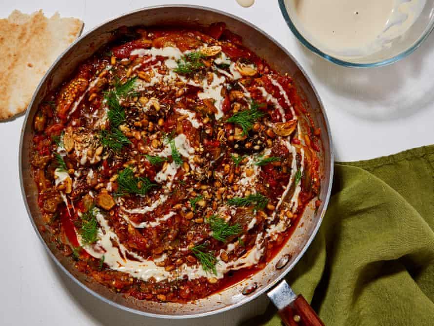 Ottolenghi Test Kitchen berenjena quemada, tomate y tahini