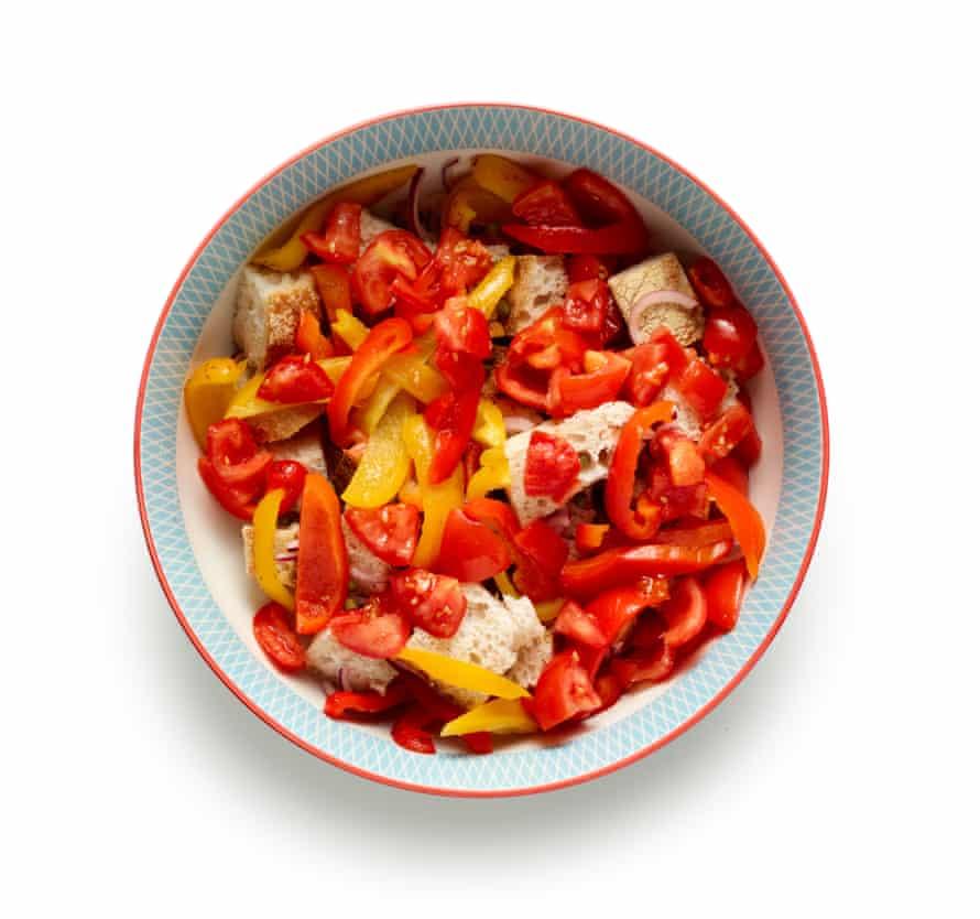 Agrega los tomates al bol.