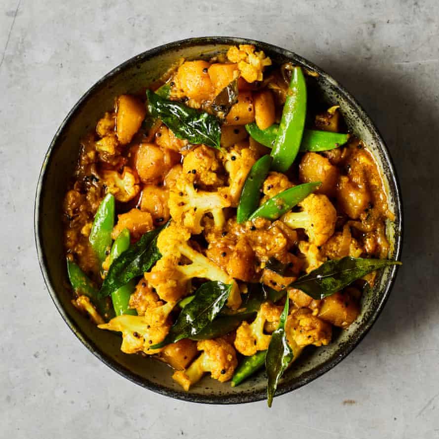 Curry de coliflor y guisantes de olor de Chetna Makan.