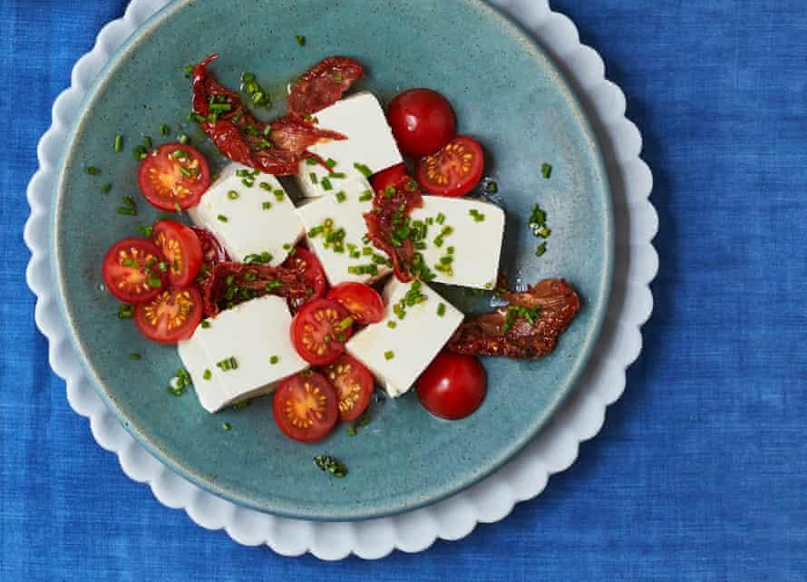 Ensalada de tomate y tofu chino de pato rojo.