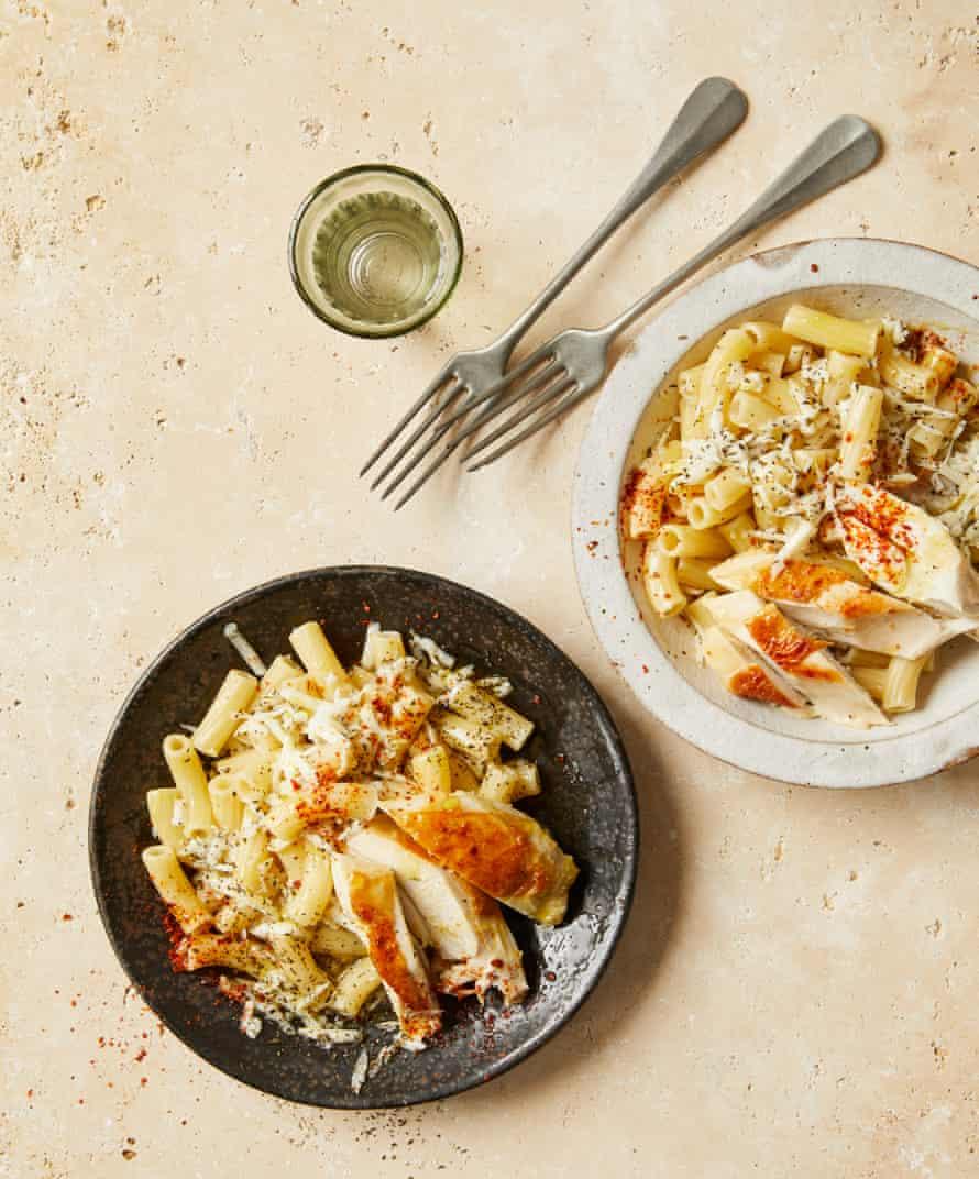 Big tiene pasta y pollo escalfados a la turca.