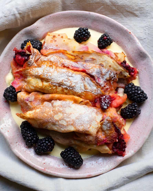 """""""Puede que te quede algo de cobertura para el desayuno, lo cual es bueno"""": panqueques de mora y manzana."""