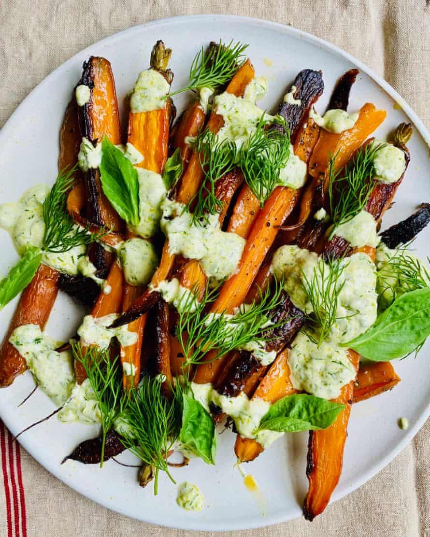 """""""La dulzura picante de la crème fraîche contrasta con la dulzura de las zanahorias asadas"""": zanahorias con crema de albahaca."""